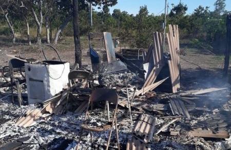 Cinzas e destroços do barraco do caseiro Heleno da Silva, que foi destruída pelo incêndio nesta quinta-feira (04/06), em Poconé - MT