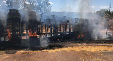 Acidente em rodovia faz caminhão bitrem pegar fogo