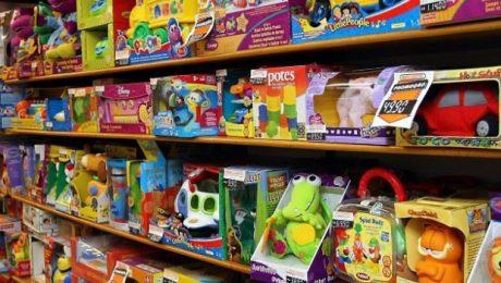 Brinquedos nas prateleiras de uma loja
