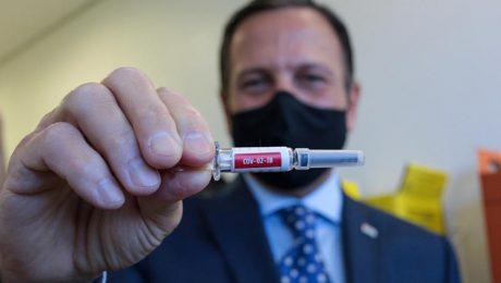 O governador do estado de São Paulo, João Dória, segurando uma ampola de vacina contra a covid-19
