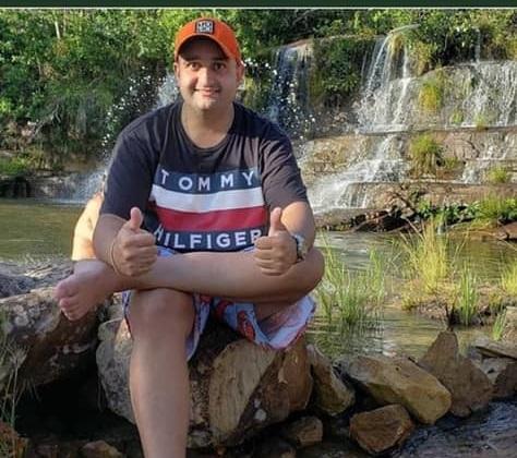 O jovem Thiago, que morreu devido à covid-19 nesta sexta-feira (20/11). Imagem: Reprodução / Facebook